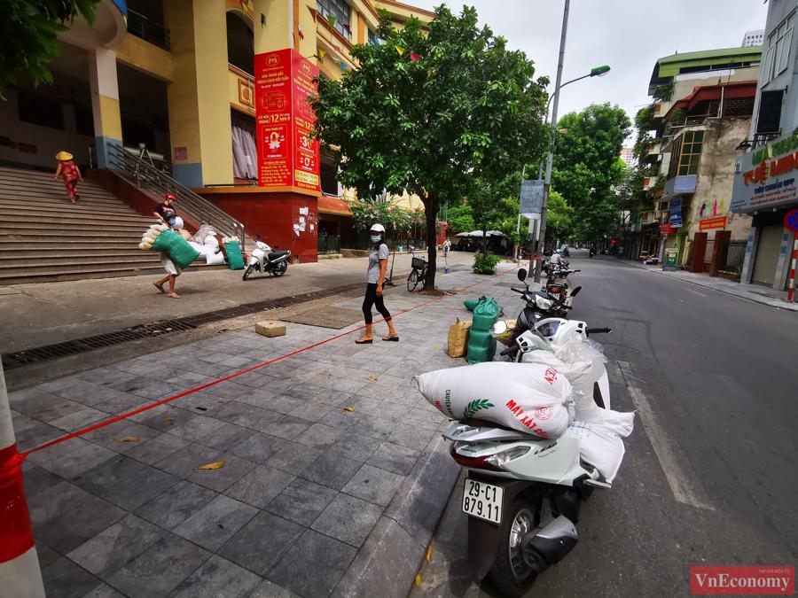 Các tiểu thương tại chợ Hà Đông cho biết, thực hiện theo yêu cầu của chính quyền địa phương, các hộ kinh doanh đã nhanh chóng thu dọn hàng hóa và đi test Covid-19 vào sáng nay (24/8).