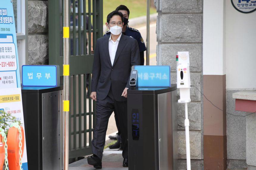 ÔngLee Jae-yong rờiTrung tâm cải tạo Seoul ở Uiwang - thành phố phía nam thủ đô ngày 13/8. Ông là một trong 810 tù nhân được đặc xá nhân ngày Giải phóng Hàn Quốc 15/8 - Ảnh: Reuters
