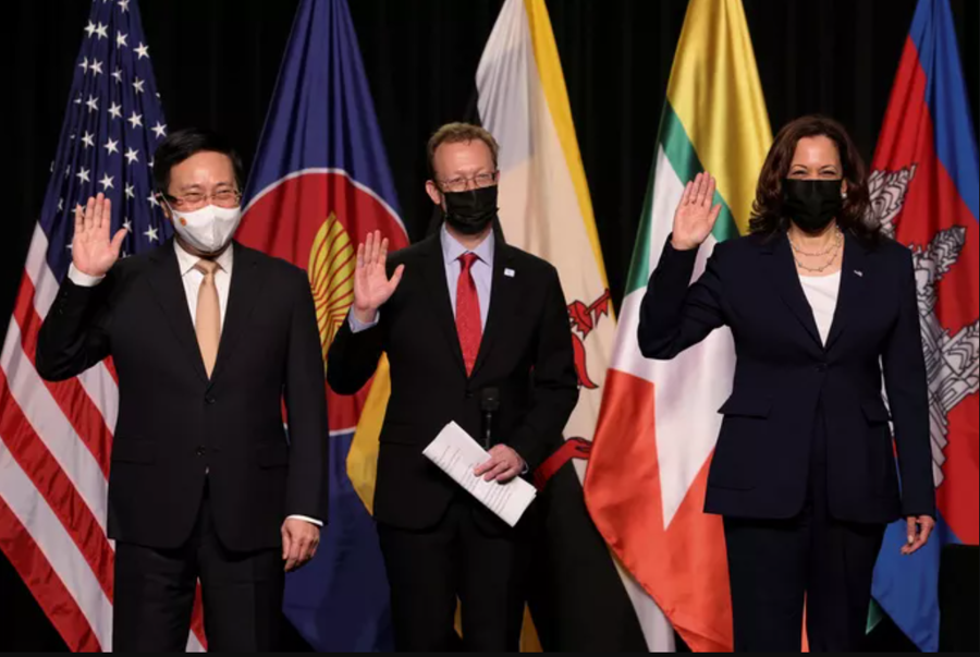 Phó Thủ tướng Chính phủ Phạm Bình Minh và Phó Tổng thống Mỹ Kamala Harris dự lễ khai trươngvăn phòng CDC Mỹ tại Đông Nam Á đặt tại Hà Nội - Ảnh: Reuters