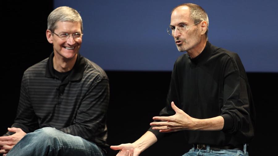 Ông Cook gia nhập Apple vào tháng 3/1998 với vị trí Phó Chủ tịch cấp cao phụ trách vận hành toàn cầu. Trong ảnh là người đồng sáng lập Apple Steve Jobs lúc sinh thời cùng ông Cook - Ảnh: Getty Images