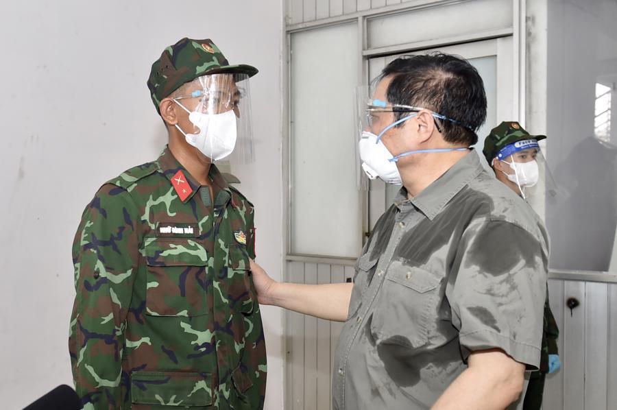 Thủ tướng động viên chiến sĩ đang làm nhiệm vụ. Ảnh: VGP.