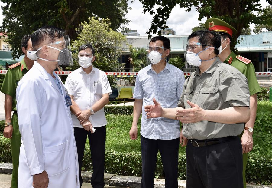 Thủ tướng đến thăm Bệnh viện dã chiến điều trị Covid-19 Quân dân y Miền Đông. Ảnh: VGP.