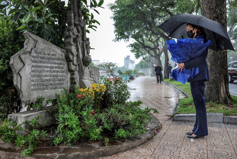 Phó Tổng thống Mỹ Kamala Harris tưởng niệm Thượng nghị sĩ John McCain tại đài kỷ niệm bên hồ Trúc Bạch, Hà Nội chiều 25/8 - Ảnh: Reuters