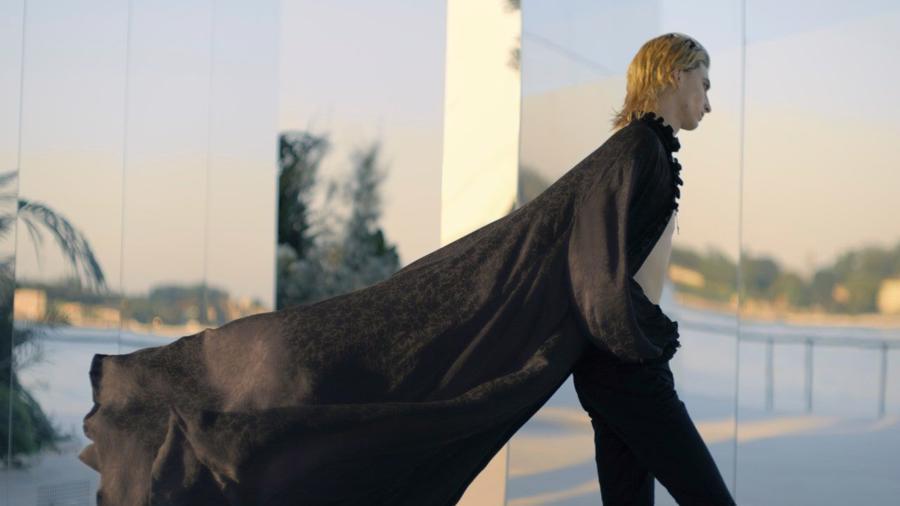 Với trang phục đậm màu sắc cổ điển, Saint Laurent mang xu hướng linh hoạt giới đến với giới mộ điệu.