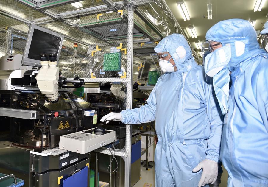 Thủ tướngđến kiểm tra tình hình sản xuất, kinh doanh và chống dịch tại Công ty TNHH Saigon Stec (Ảnh:VGP).