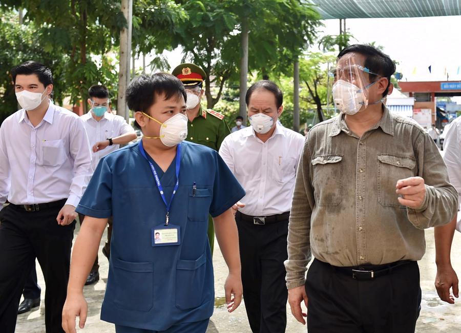 """Thủ tướng đã tới kiểm tra tình hình ứng trực của trạm y tế lưu động phường Bình Chuẩn, một """"vùng đỏ"""" dịch Covid-19 tại thành phố Thuận An (Ảnh VGP)."""