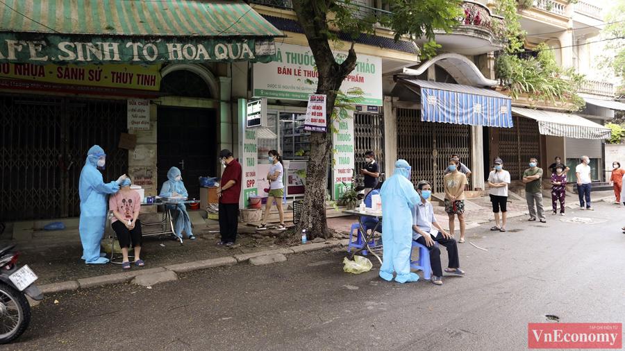 """Hà Nội lấy 8.000 mẫu xét nghiệm sau khi mở rộng phong tỏa tại """"ổ dịch"""" Giáp Bát - Ảnh 5"""