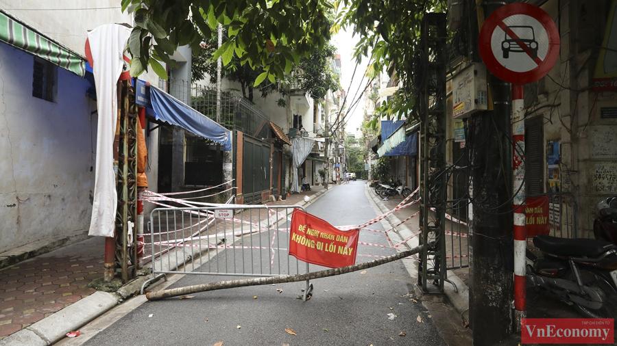Trước đó, trong ngày 25/8, tại ngõ 24 Kim Đồng ghi nhận các trường hợp F0 nên chính quyền đã tạm thời phong tỏa, cách ly khu vực này. Sau đó, phường mới báo cáo UBND quận để đến ngày 27/8, chính quyền đã ra quyết định mở rộng vùng phong tỏa.