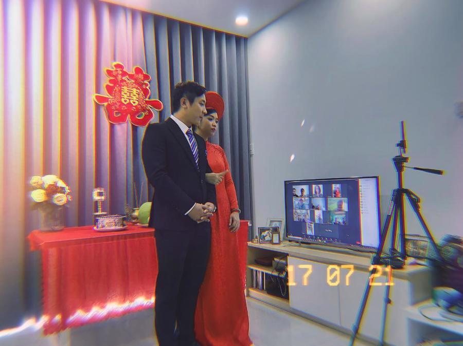 Cô dâu Khánh Thi và chú rể Văn Quan(Quận 9, TP.HCM) trong lễ cưới online của mình. Ảnh: facebook nhân vật.