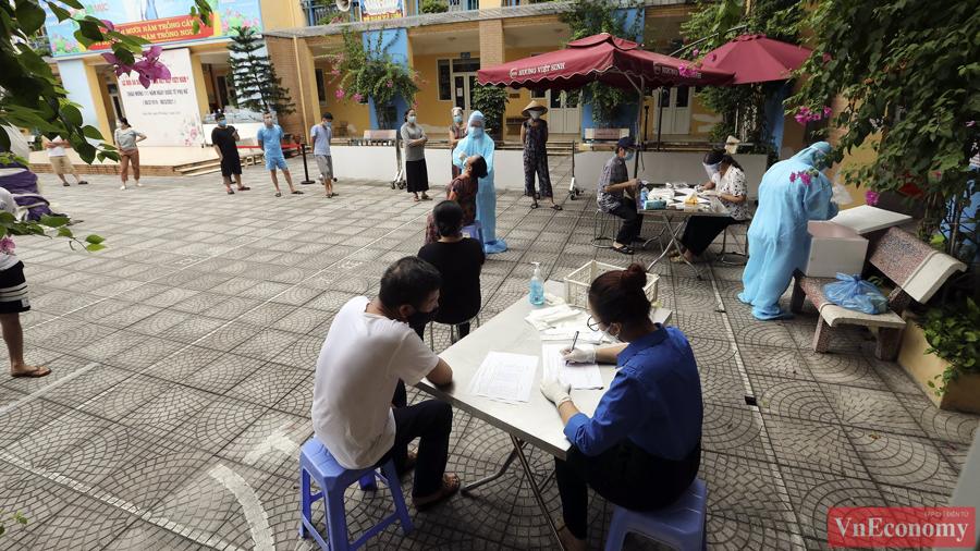 Sáng nay, 28/8, chính quyền đang gấp rút tổ chức triển khai lấy 8.000 mẫu xét nghiệm để sàng lọc ca F0 ngoài cộng đồng.