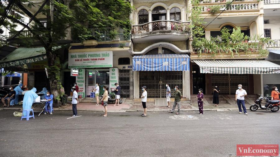 Lực lượng chức năng đồng loạt tổ chức lấy mẫu xét nghiệm tại 18 điểm khác nhau trên địa bàn phường.