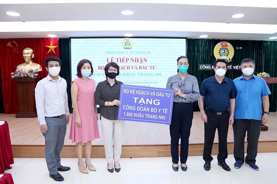 Bộ Kế hoạch và Đầu tư trao tặng Công đoàn Bộ Y tế 1.600 khẩu trang 3M cho các chiến sĩ áo trắng tuyến đầu chống dịch.