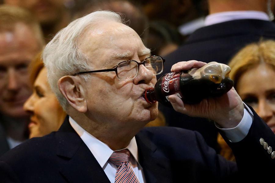 Không chỉ cổ phiếu Coca-Cola, đồ uống của hãng này cũng được ông Buffett yêu thích đến mức uống tới 5 lon một ngày - Ảnh: Getty Images