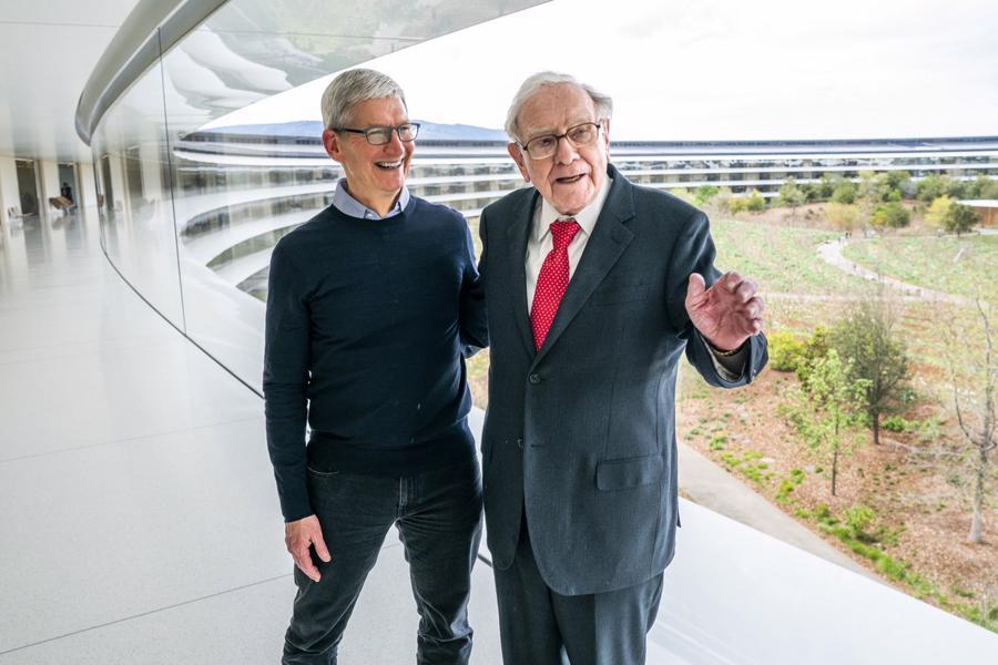 Tỷ phú Warren Buffett và Tim Cook - CEO của Apple - Ảnh: Twitter/Tim Cook
