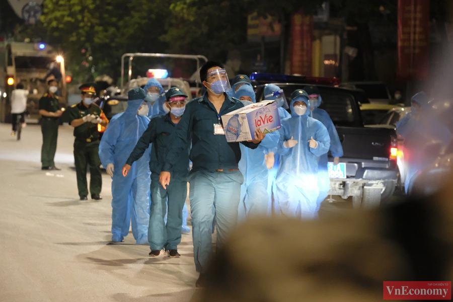 Bắt đầu đưa 150 người dân đầu tiên ra khỏi vùng nguy hiểm phường Thanh Xuân Trung - Ảnh 1