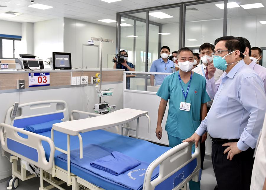 Thủ tướng kiểm tra Khu điều trị với các giường bệnh tiêu chuẩn và trang thiết bị y tế hiện đại.