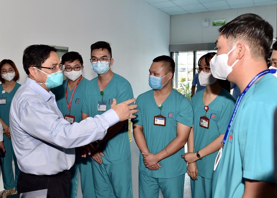 Thủ tướng nói chuyện cùng các bác sĩ tại bệnh viện.Bệnh viện điều trị người bệnh Covid-19sẽ huy động khoảng 1.000 nhân viên y tế trong đó 272 bác sĩ và 680 điều dưỡng tới làm việc.