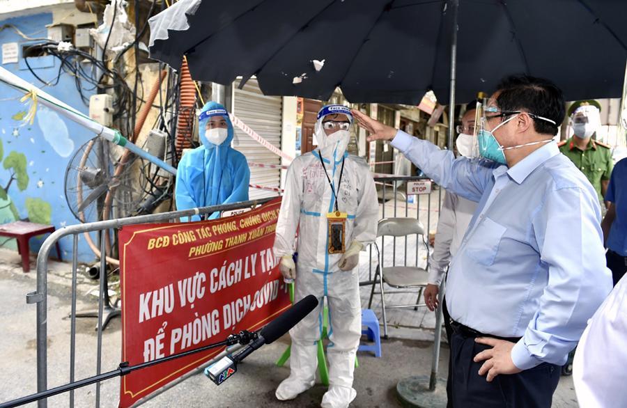 Thủ tướng kiểm tra chốt kiểm dịch tạikhu vực ngõ 328-330 Nguyễn Trãi, quận Thanh Xuân - Ảnh: VGP