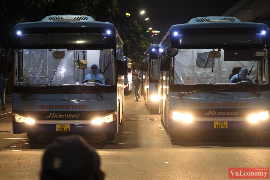 Bắt đầu đưa 150 người dân đầu tiên ra khỏi vùng nguy hiểm phường Thanh Xuân Trung - Ảnh 2