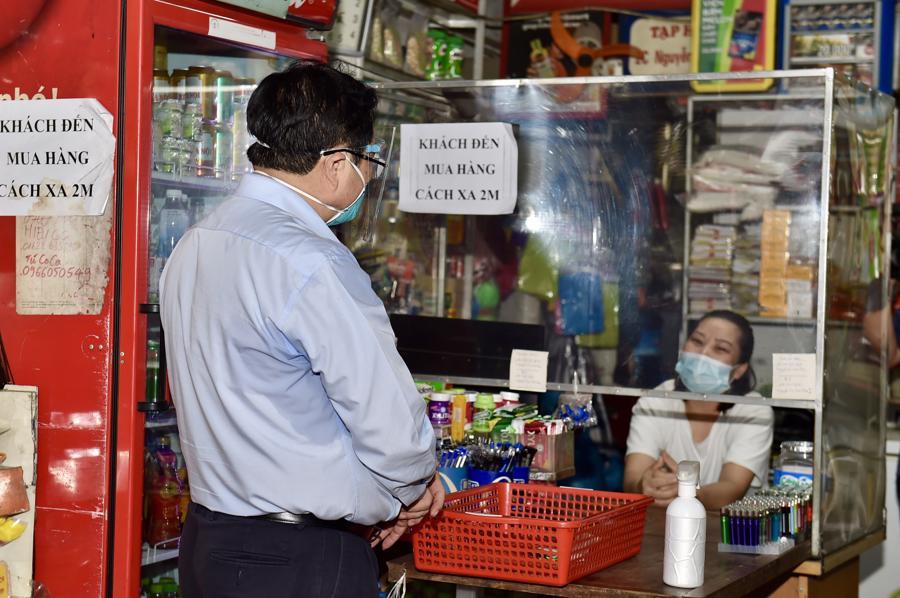 Thủ tướng cũng tới tới kiểm tra 4 cửa hàng bán hàng thiết yếu vẫn được phép mở cửa trên đường Nguyễn Tuân và 1 cửa hàng điện thoại di động trên đường Nguyễn Trãi.Ảnh: VGP.
