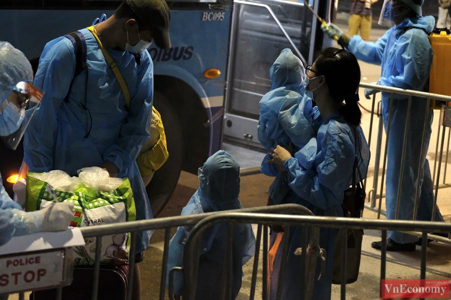 Bắt đầu đưa 150 người dân đầu tiên ra khỏi vùng nguy hiểm phường Thanh Xuân Trung - Ảnh 3