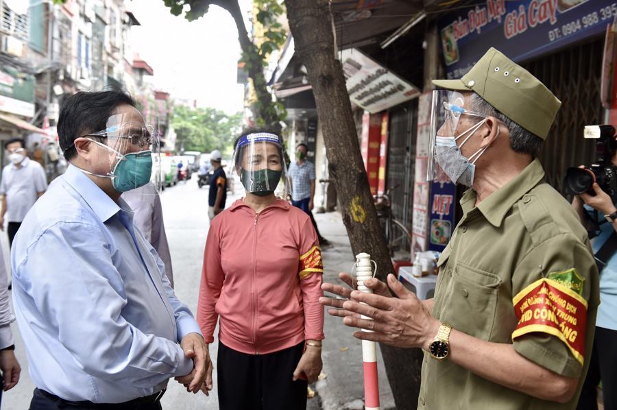 """Thủ tướng kiểm tra đột xuất """"điểm nóng"""" dịch bệnh trên địa bàn quận Thanh Xuân. Ảnh: VGP."""
