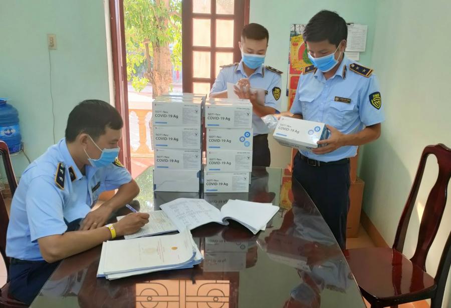 Lực lượng quản lý thị trường tỉnh Quảng Bìnhthu giữ 1.000 bộ kit test nhanh Covid-19.