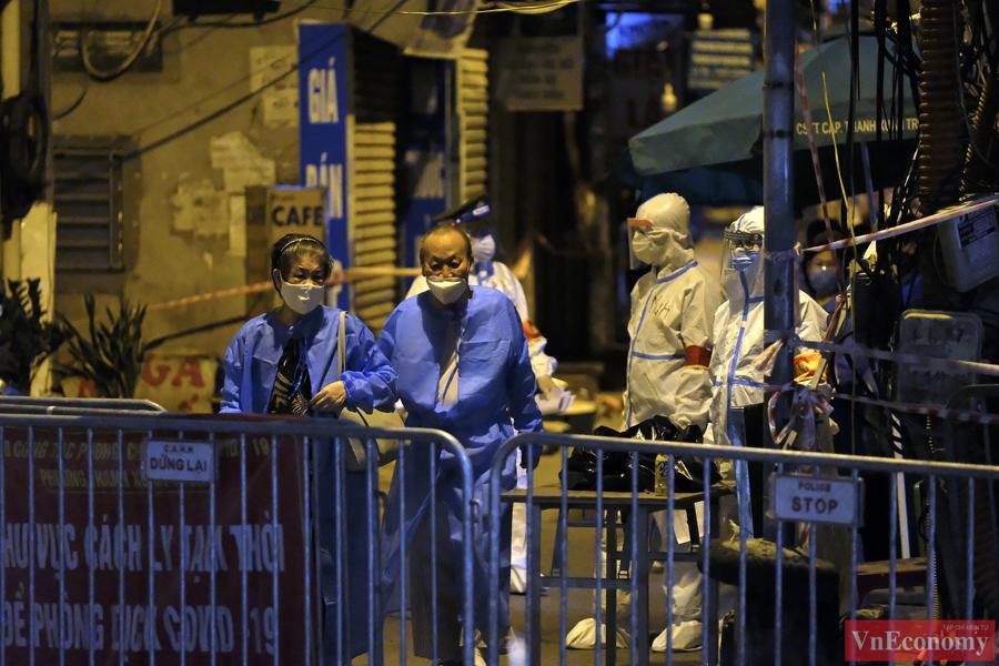 Bắt đầu đưa 150 người dân đầu tiên ra khỏi vùng nguy hiểm phường Thanh Xuân Trung - Ảnh 5