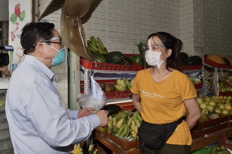 Thủ tướng kiểm tra công tác phòng chống dịch tại một cửa hàng trên phố Nguyễn Tuân, quận Thanh Xuân. Ảnh: VGP.