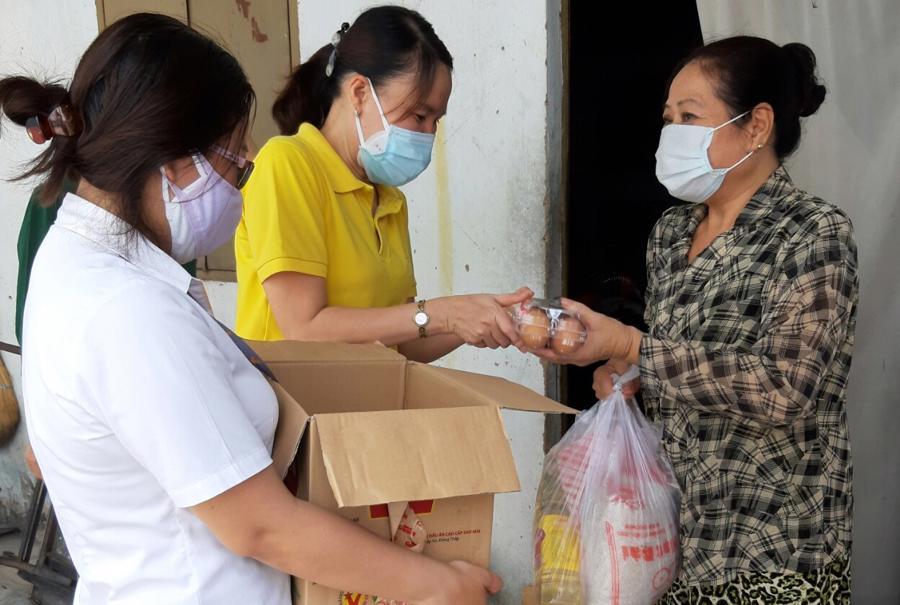 Người lao động khó khăn được nhận hỗ trợ lương thực, thực phẩm. Ảnh - Hòa Nguyễn.