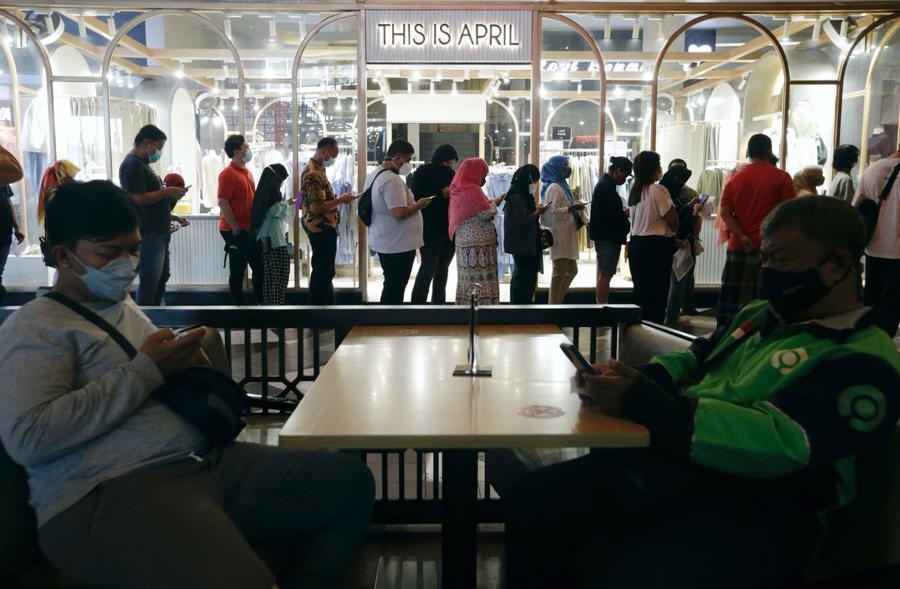 Người dân xếp hàng đợi tiêm vaccine Covid-19 tại điểm tiêm chủng tại một trung tâm thương mại ở Jakarta, Indonesia, hôm 31/8 - Ảnh: Reuters.
