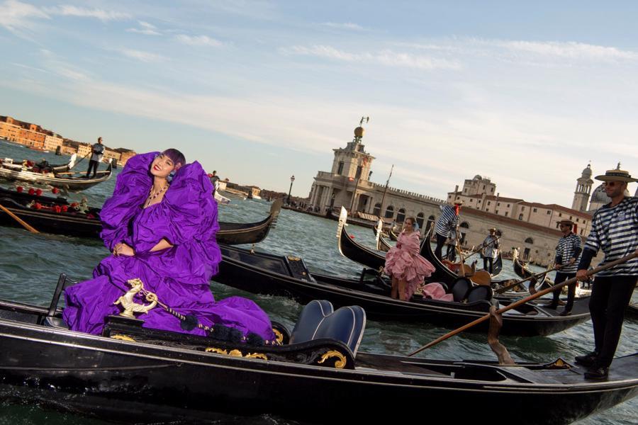 Show diễn Alta Moda của Dolce & Gabbana: Mưa đá và cầu vồng - Ảnh 2