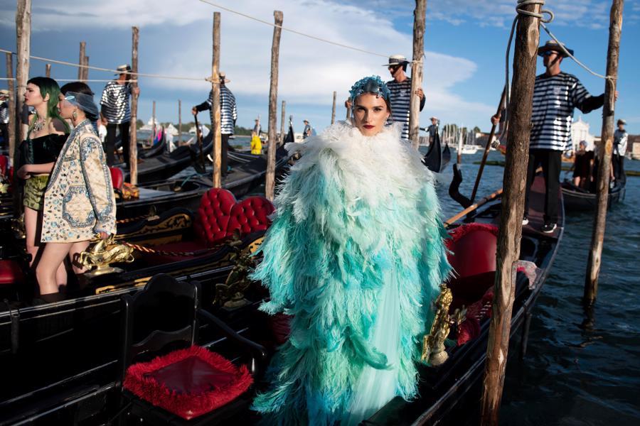 Show diễn Alta Moda của Dolce & Gabbana: Mưa đá và cầu vồng - Ảnh 3