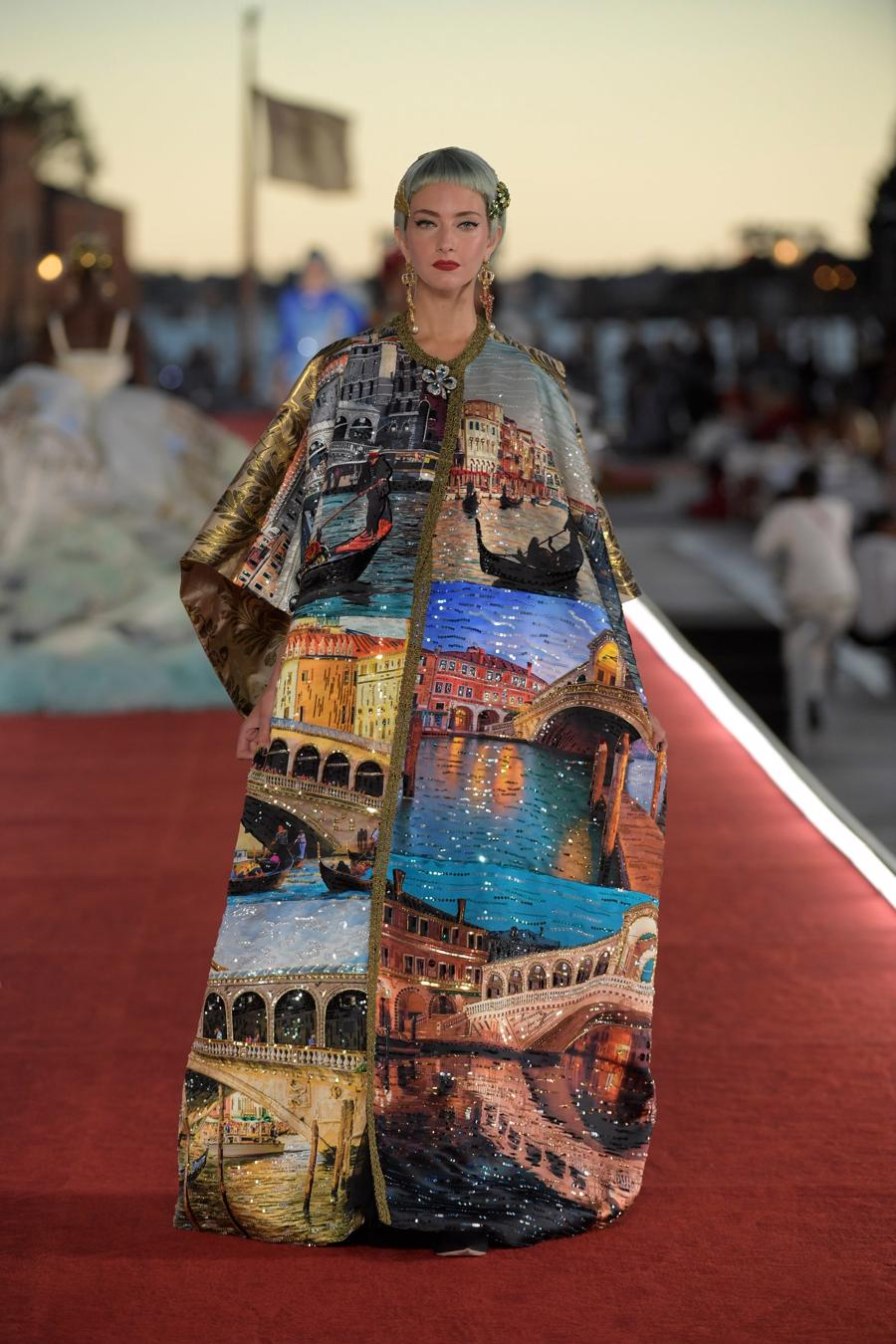 Show diễn Alta Moda của Dolce & Gabbana: Mưa đá và cầu vồng - Ảnh 9