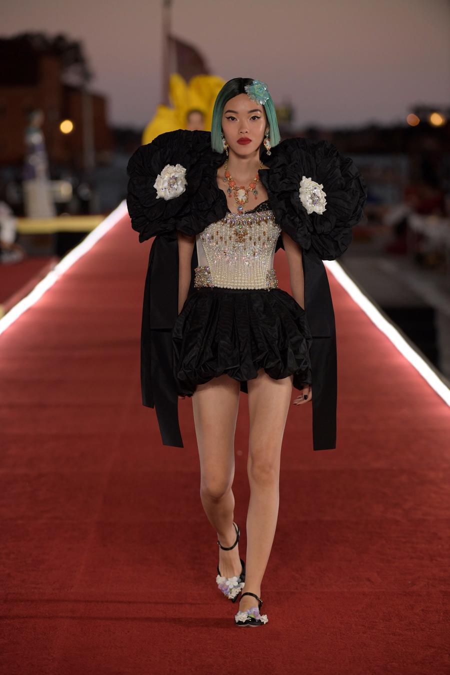 Show diễn Alta Moda của Dolce & Gabbana: Mưa đá và cầu vồng - Ảnh 5