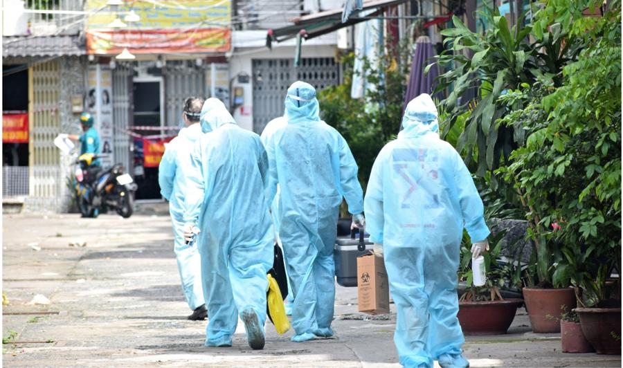 Từ sáng sớm, cả đội tình nguyện đã chuẩn bị dụng cụ cần thiết, đi từng con hẻm trên con đường Bàn Cờ (Quận 3) để tiêm vaccine cho những người lớn tuổi không có điều kiện đến các điểm tiêm tập trung. Ảnh: HCDC.