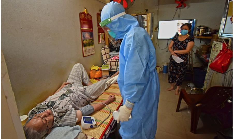 BS.Phạm Văn Cường, thuộc đội y tế tình nguyện từ bệnh viện TW Quân đội 108 (Hà Nội) cũng tham gia cùng đội tiêm vaccine tại nhà cho người dân. Ảnh: HCDC.