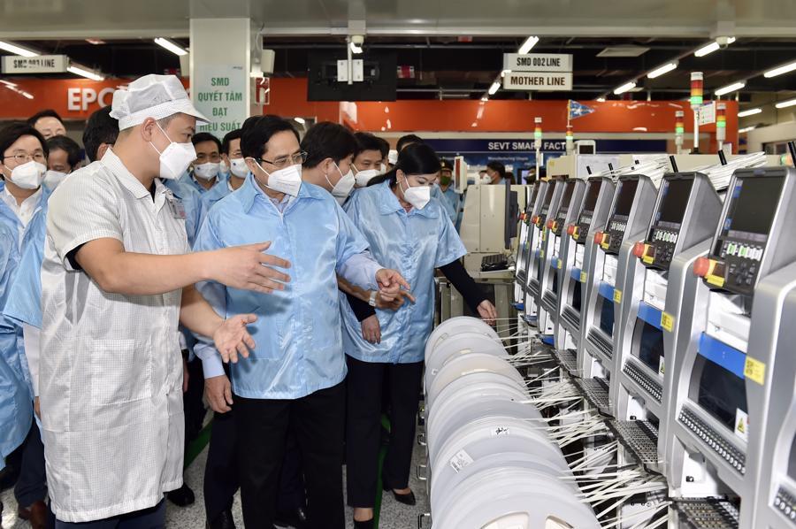 Thủ tướng Phạm Minh Chính tham quan dây chuyền sản xuất của Công ty TNHH Samsung Electronics Việt Nam Thái Nguyên - Ảnh VGP/Nhật Bắc