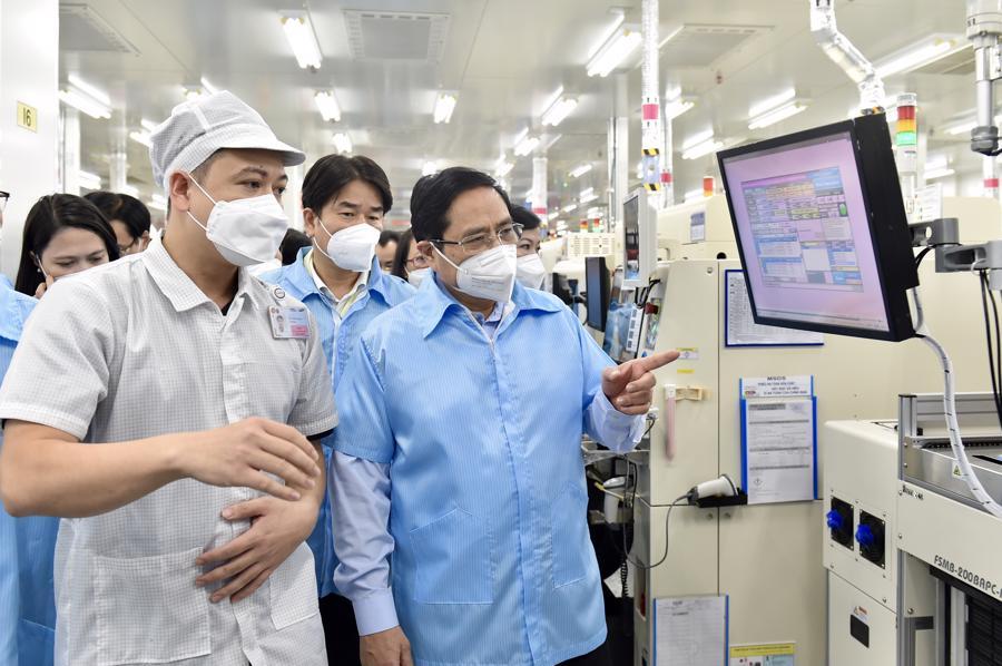 Thủ tướng nghe đại diện Samsung báo cáo về tình hình hoạt động trong bối cảnh dịch bệnh Covid-19 diễn biến phức tạp - Ảnh VGP/Nhật Bắc