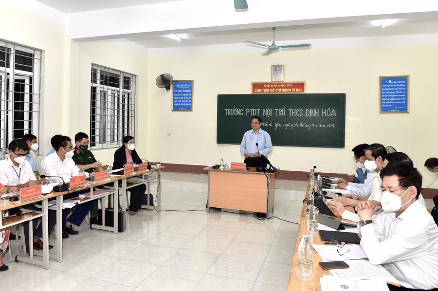 Ngay tại Trường Phổ thông Dân tộc nội trú THCS Định Hóa, Thủ tướng đã có buổi làm việc với lãnh đạo tỉnh Thái Nguyên.