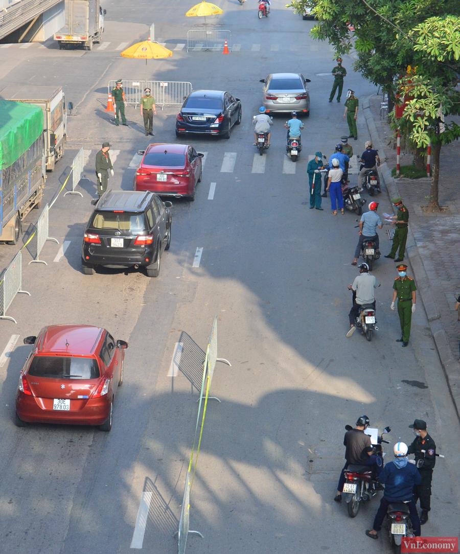 """Theo Công an thành phố, thực hiện chỉ đạo của TP Hà Nội về kiểm soát, phong tỏa """"triệt để"""" phương tiện, người dân từ ngoài vào trong, từ trong ra ngoài giữa các vùng, đúng nguyên tắc cách ly, ngăn ngừa lây nhiễm chéo."""