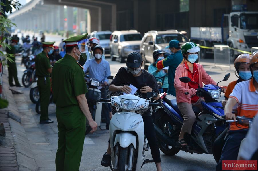 Tại các chốt kiểm soát,lực lượng chức năng phân chia thành hai làn đường, một cho xe máy và một cho ôtô cùng xe luồng xanh.
