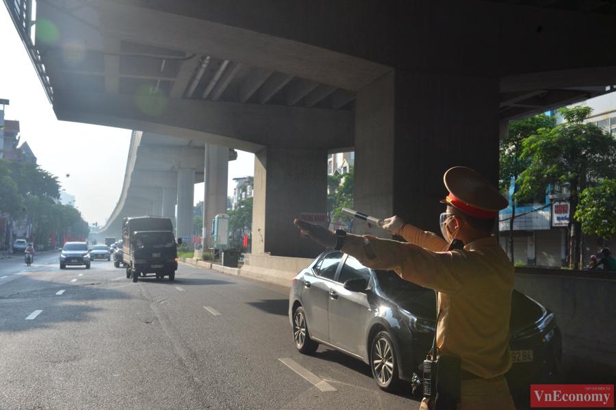 Tại ngã ba giao đường Hồ Tùng Mậu và đường Hoàng Công Chất, việc kiểm tra giấy diễn ra tương đối nhanh, lực lượng chức năng cũng chủ động đứng cách xa nhau để tránh ùn ứ các phương tiện.