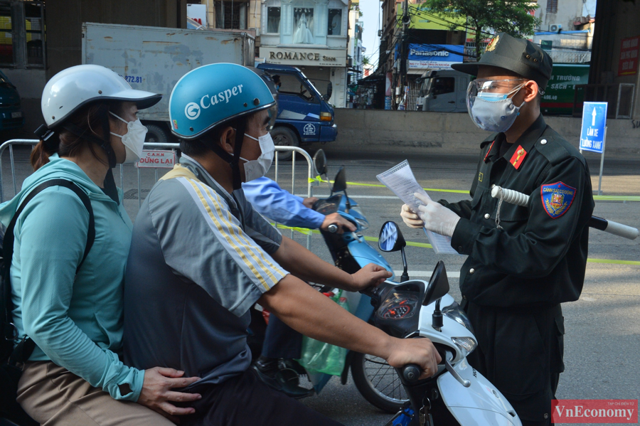 Sáng sớm, lượng phương tiện di chuyển đã rất đông. Lực lượng chức năng bắt đầu kiểm tra giấy đi đường.Không có ngoại lệ, tất cả người dân khi đi qua chốt đều phải xuất trình giấy tờ cần thiết, cũng như kiểm tra thân nhiệt.