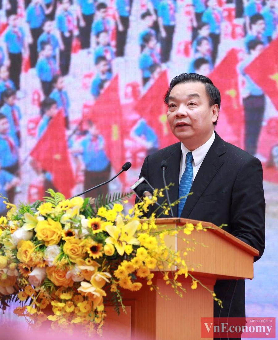 Chủ tịch UBND thành phố Hà Nội Chu Ngọc Anh đánh trống khai giảngvà phát biểu chào mừng năm học mới.