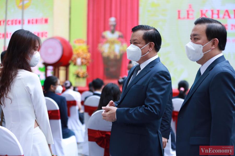 Lễ khai giảng có đại diện giáo viên, học sinh thuộc các cấp học, các trường học, cơ sở giáo dục trên địa bàn Thủ đô cùng hàng triệu học sinh, nhân dân theo dõi qua sóng truyền hình.