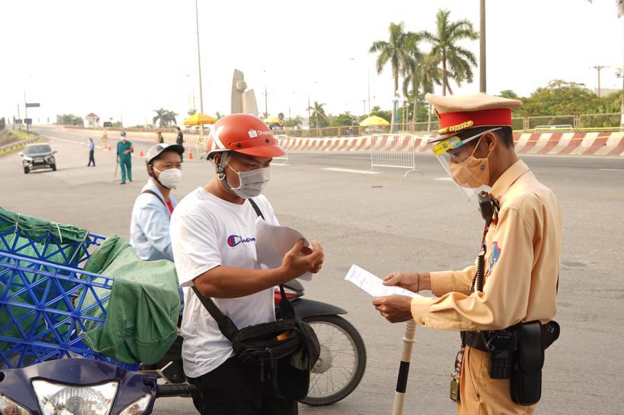 Cảnh sát giao thông kiểm tra giấy tờ của người đi đường. Ảnh - Phạm Hùng.