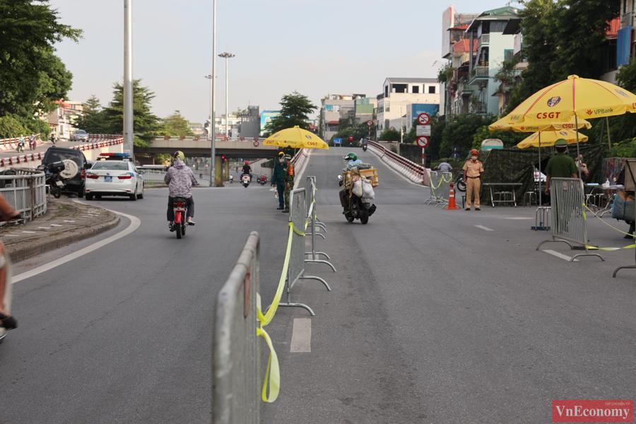Với việc bố trí lực lượng và phân làn kiểm tra rõ ràng, giao thông tại chốt kiểm soát dịch Trần Nhật Duật - Chợ Gạo không xảy ra tình trạng ùn ứ dù trong khung giờ sáng, đông đúc phương tiện di chuyển đi làm buổi sáng.