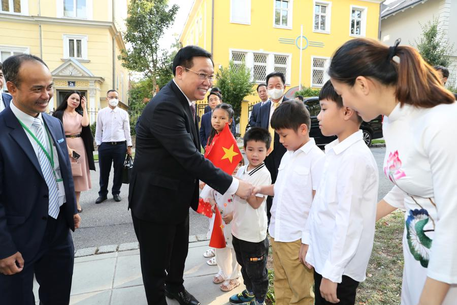 Chào đón Chủ tịch Quốc hội Vương Đình Huệ cùng đoàn đại biểu Quốc hội Việt Nam - Ảnh: Quochoi.vn