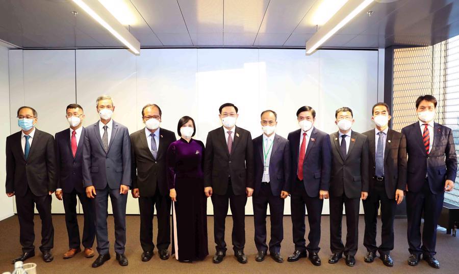 Chủ tịch Quốc hội Vương Đình Huệ và doàn công tác chụp ảnh lưu niệm với Đại sứ 6 nước - Ảnh: Quochoi.vn